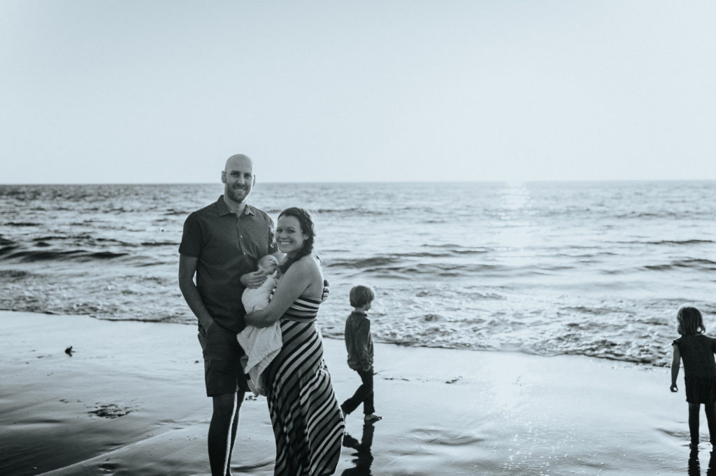 Black and white image of family of five at the beach, for their newborn family session outdoorscaptured by ArtShaped Photography in Rancho Palos Verdes,Los Angeles